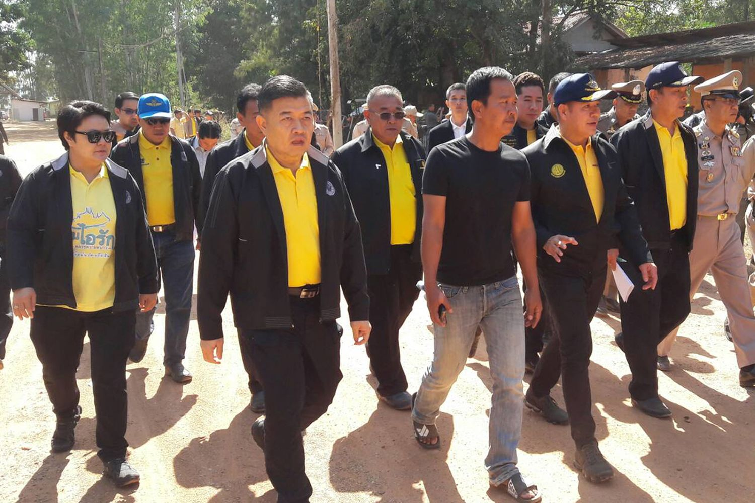 Deputy Agriculture Minister Thamanat Prompow (third from right) visits the chicken farm owned by Palang Pracharath MP Pareena Kraikupt on Saturday after she agreee to hand over the land to authorities. (Photo by Saichon Srinuanchan)