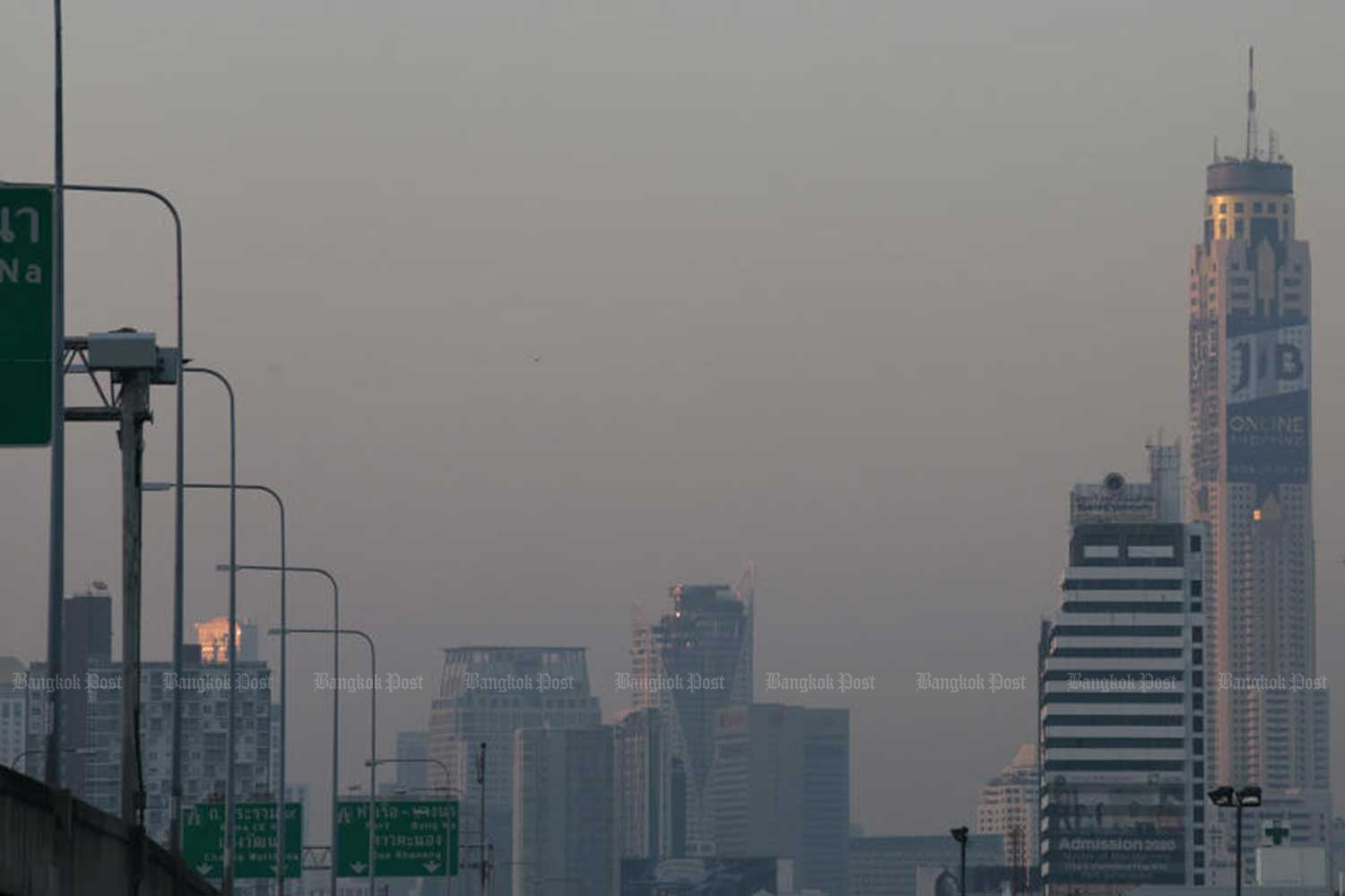 Fine dust was at unsafe levels in most of greater Bangkok on Thursday. (Photo by Patipat Janthong)