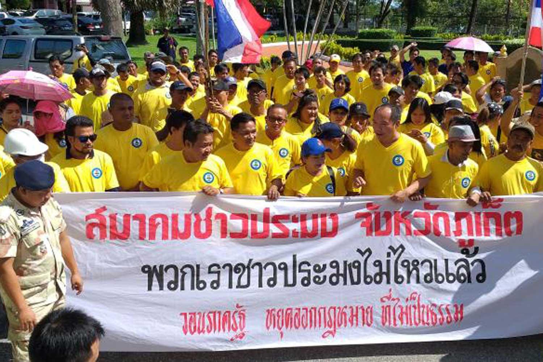 Representatives of fishing operators rally in Phuket last Friday. (Photo by Achadtaya Chuenniran)