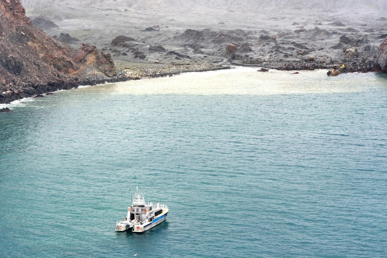 Divers searching the contaminated waters around New Zealand's volcanic White Island on Saturday failed to locate one body seen floating in the area several days ago.