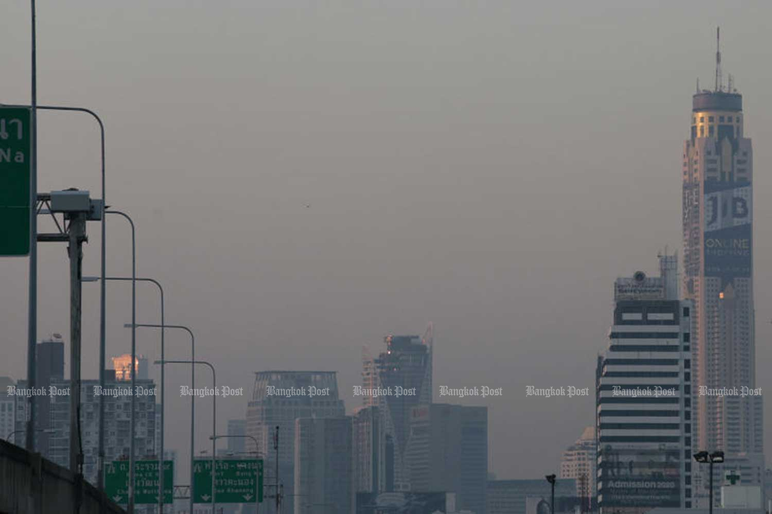 Fine dust has reached unsafe levels in much of greater Bangkok recently. (Photo by Patipat Janthong)