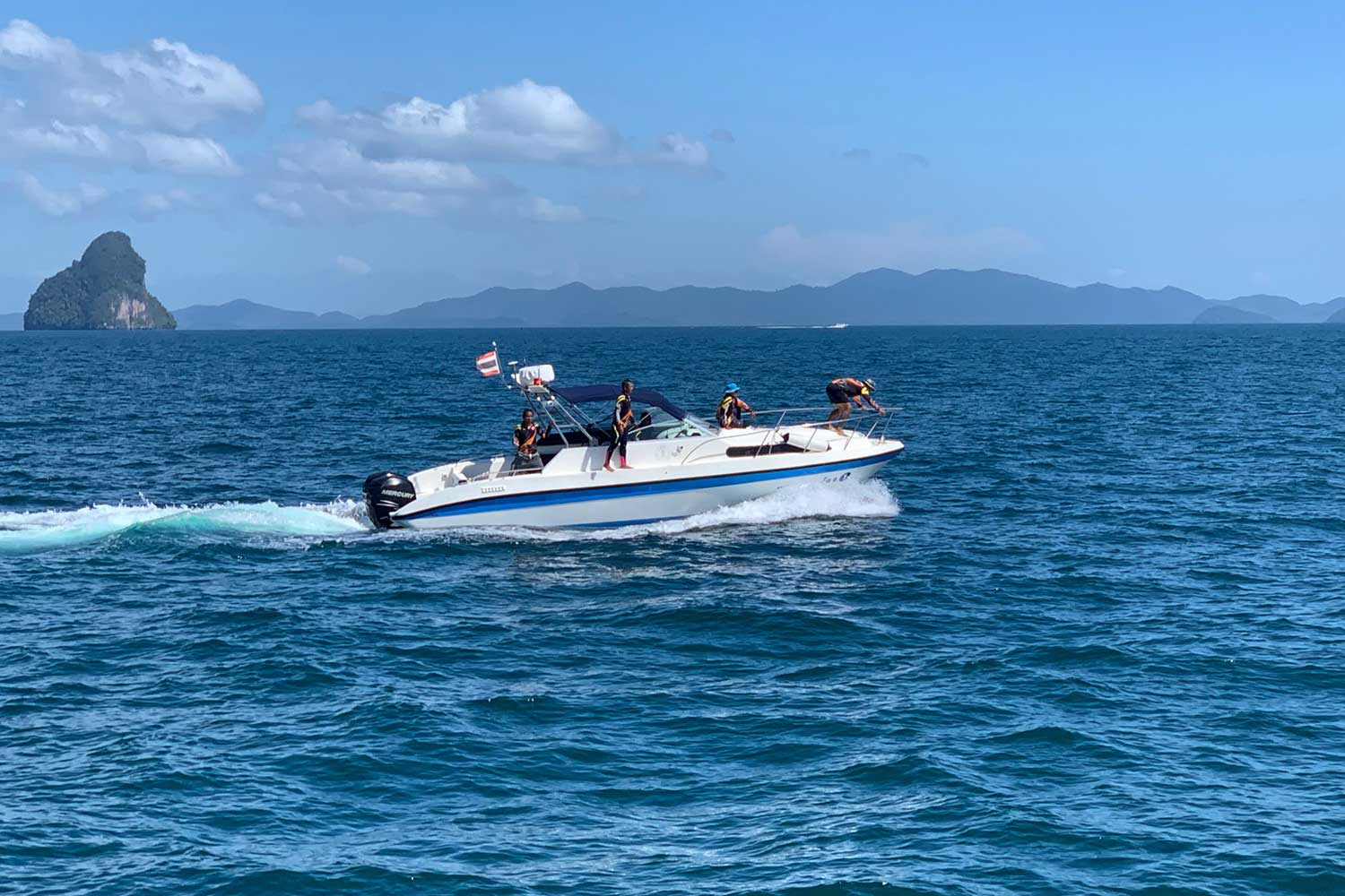 Divers on Thursday continued the search for a missing crew member of a speedboat that  crashed into a luxury yacht near Kor Khai Nok off Phangnga province on Wednesday afternoon. The speedboat captain was killed and 12 of the 45 tourists he was carrying injured. (Photo by Achadtaya Chuenniran)