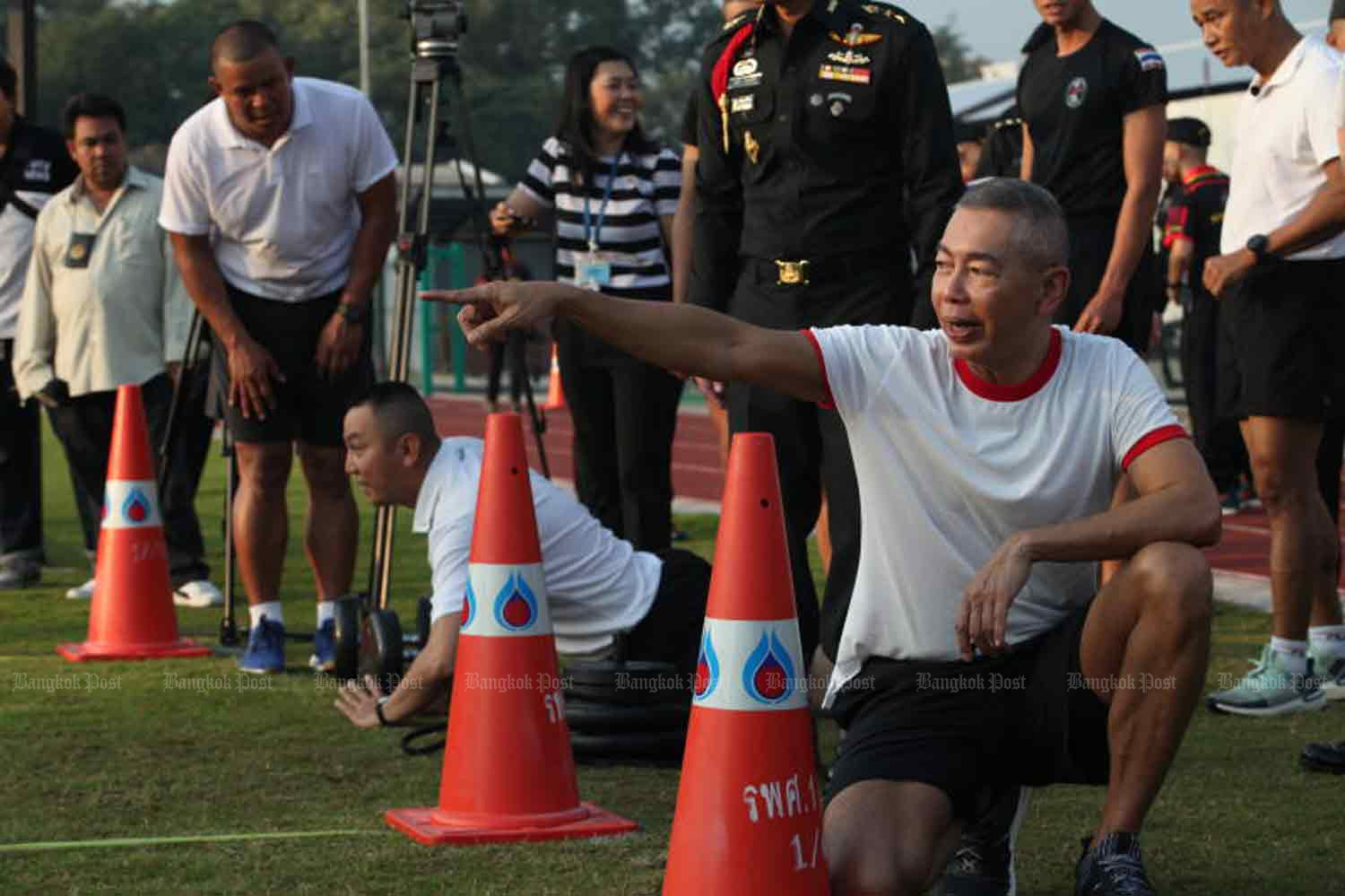 Army chief Gen Apirat Kongsompong makes a point during a fitness test at the Command and General Staff College in Bangkok on Friday. (Photo by Apichart Jinakul)