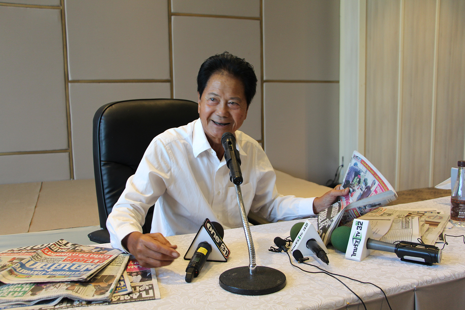 Veteran politician Thawee Kraikupt talks to the press on Sunday, denying a report that he was trying to escape after his car hit a motorcyle in Photharam district of Ratchaburi province. (Photo by Saichol Srinuanchan)