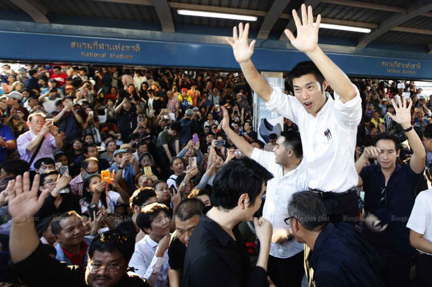 Future Forward Party leader Thanathorn Juangroongruangkit waves to party supporters who answered his call to join a gathering on the skywalk over Pathumwan intersection to voice dissent against the government on Dec 14. (Photo by Wichan Charoenkiatpakul)