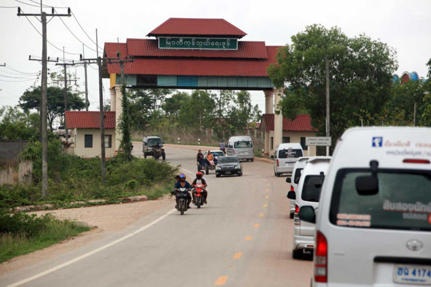 The Mae Sot-Myawaddy checkpoint handled about 70 billion baht a year in cross border trade this year, and the figure is rising. (File photo)
