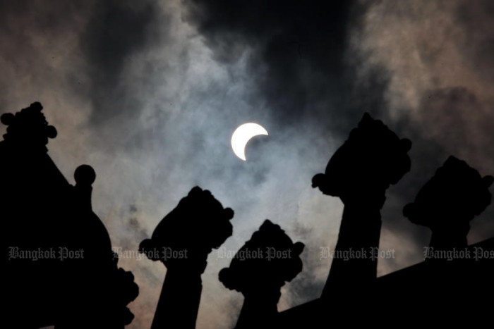 Thais gather to observe partial solar eclipse - Bangkok Post