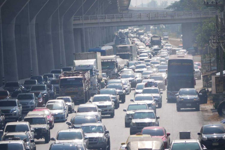 Heavy traffic in Sikhiu district of Nakhon Ratchasima province on Sunday morning. (Photo by Prasit Tangprasert)