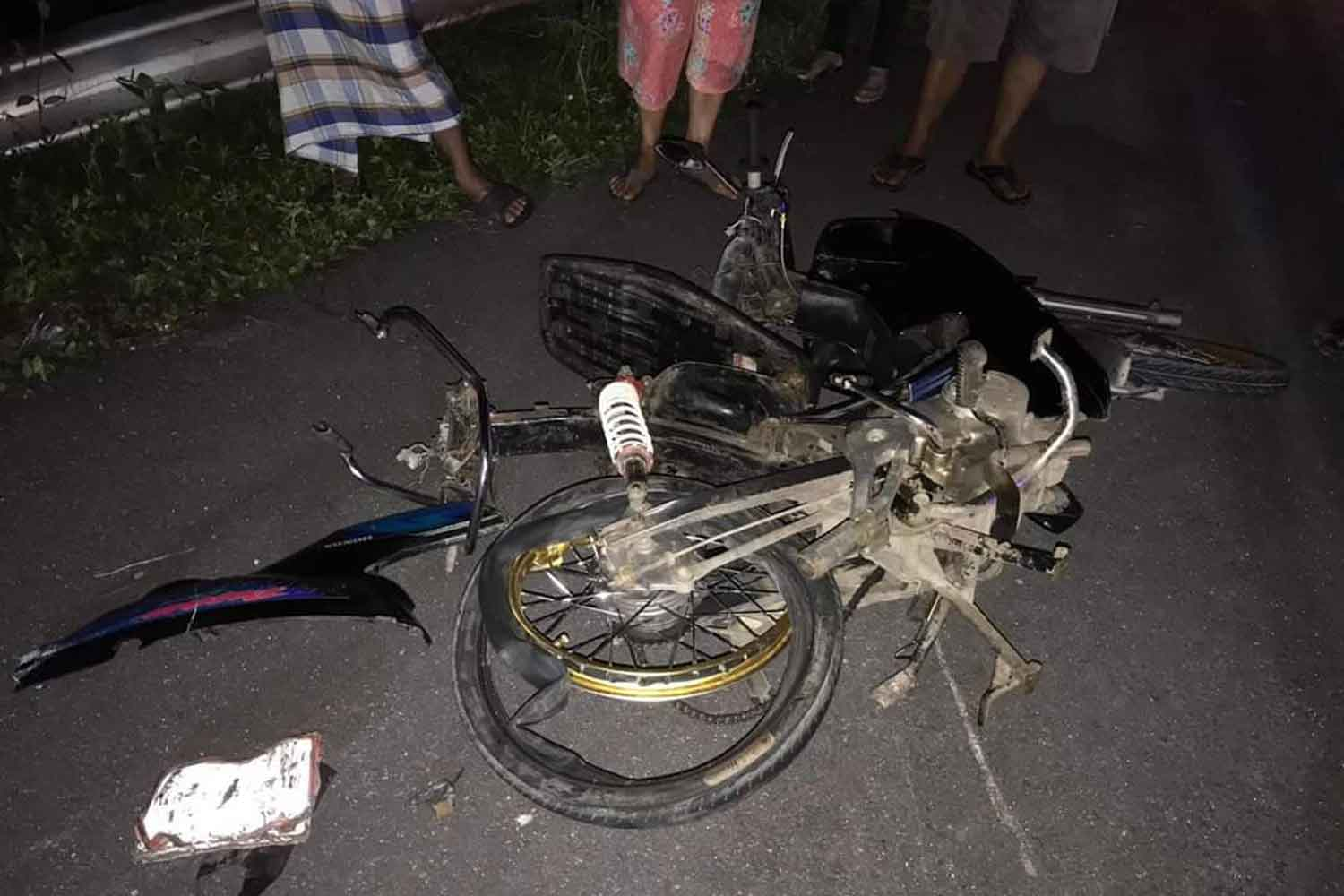 The wrecked motorcycle of a 17-year-old man who died instantly after it collided head-on with a pickup truck in Muang district of Nakhon Si Thammarat province Saturday night. (Photo by Nujaree Raekrun)