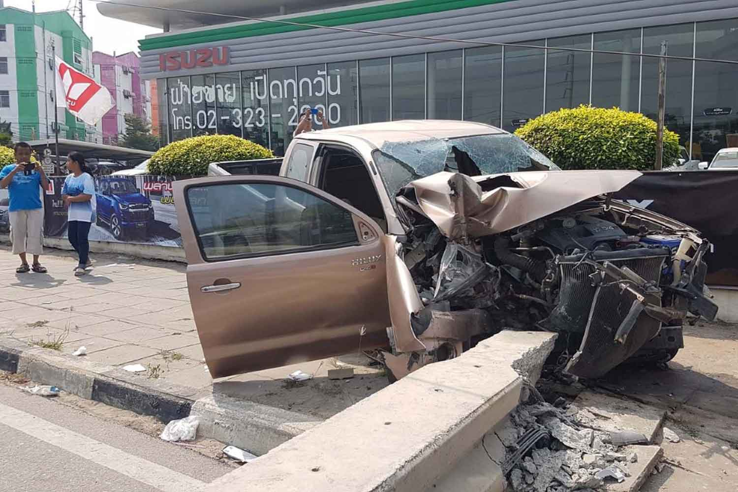 The pickup truck after it crashed into a power pole, toppling it and about 10 others,   on Sukhumvit Road in Muang district of Samut Prakan on Friday. (Photo by Sutthiwit Chayutworakan)