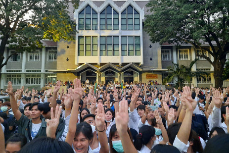 Pro-democracy students stage flash rallies -1