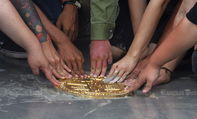 Pro-democracy protesters on Sunday staged a ceremony to install a new plaque at Sanam Luang to declare the people's power before announcing the end of the rally.