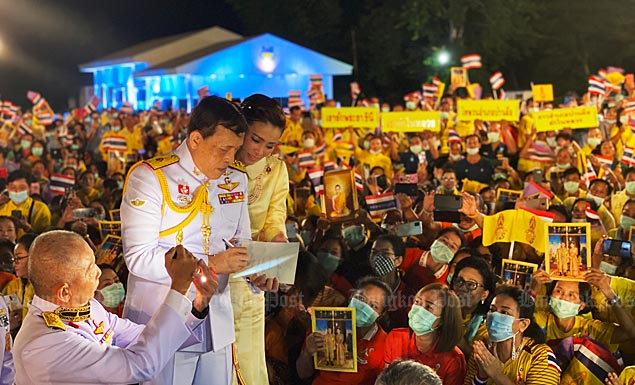 "His Majesty gives good advice to leaders of the so-called red villages to protect the monarchy, during his visit to Udon Thani on Tuesday, amid chants of ""Long Live the King""."