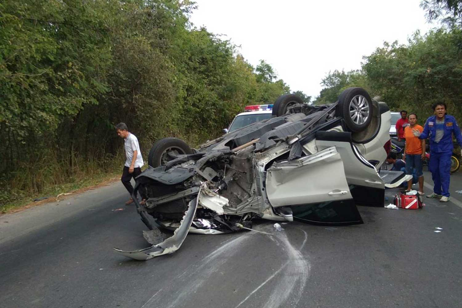 This CRV overturned on Ratchaburi-Chat Pawai Road in Muang district of Ratchaburi province following a crash with a Volvo on Jan 1. One person was killed and 12 others, including children, hurt. (Photo by Saichon Srinuanchan)