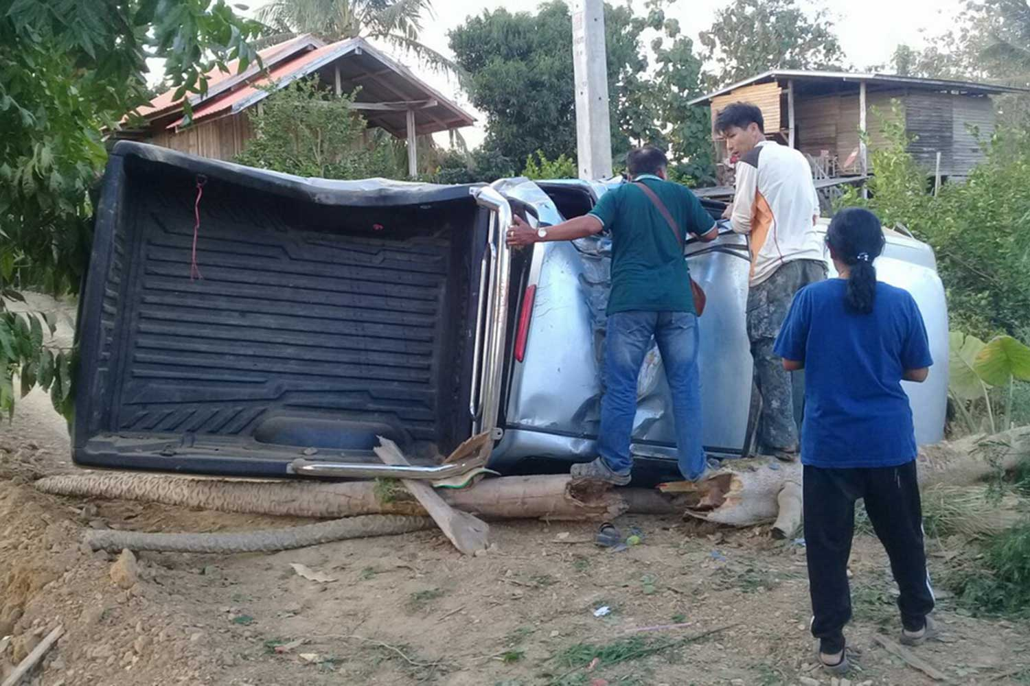 A pickup truck rams into a roadside electric pole in Si Satchanalai district, Sukhothai province, on Jan 1, killing a woman and injuring four others. (Photo by Phubes Faites)