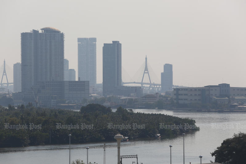 Small particle dust returns to Greater Bangkok, with the air quality worsening since Monday. (Photo by Varuth Hirunyatheb)