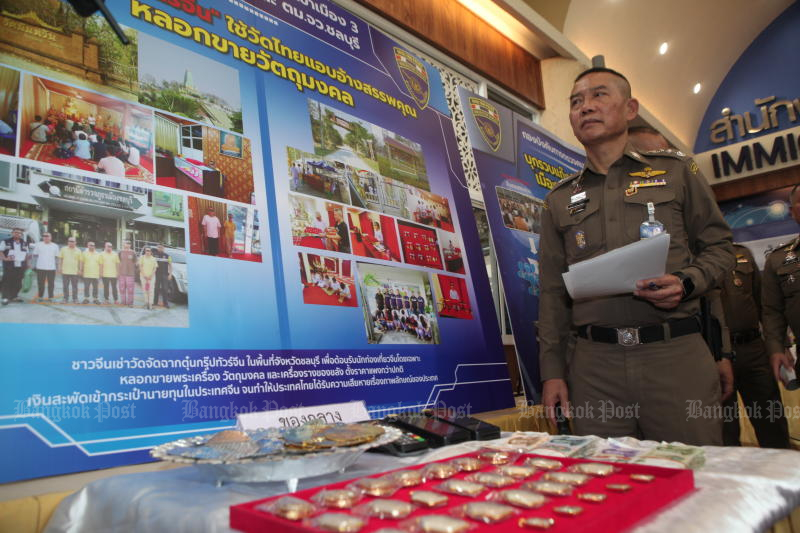 Immigration Bureau chief Pol Lt Gen Sompong Chingduang leads a press briefing on Thursday on the arrest of the Chinese gangs for allegedly running religious scams at temples in Chon Buri. (Photo by Apichart Jinakul)