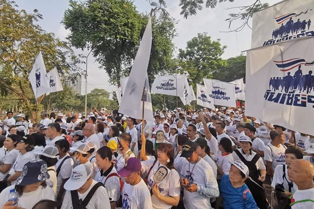 Supporters of Prayut Chan-o-cha flock to Lumpini Park in a walking campaign to counter the run against him at Suan Rot Fai on Sunday. (Photo from @CheerLung Facebook account)