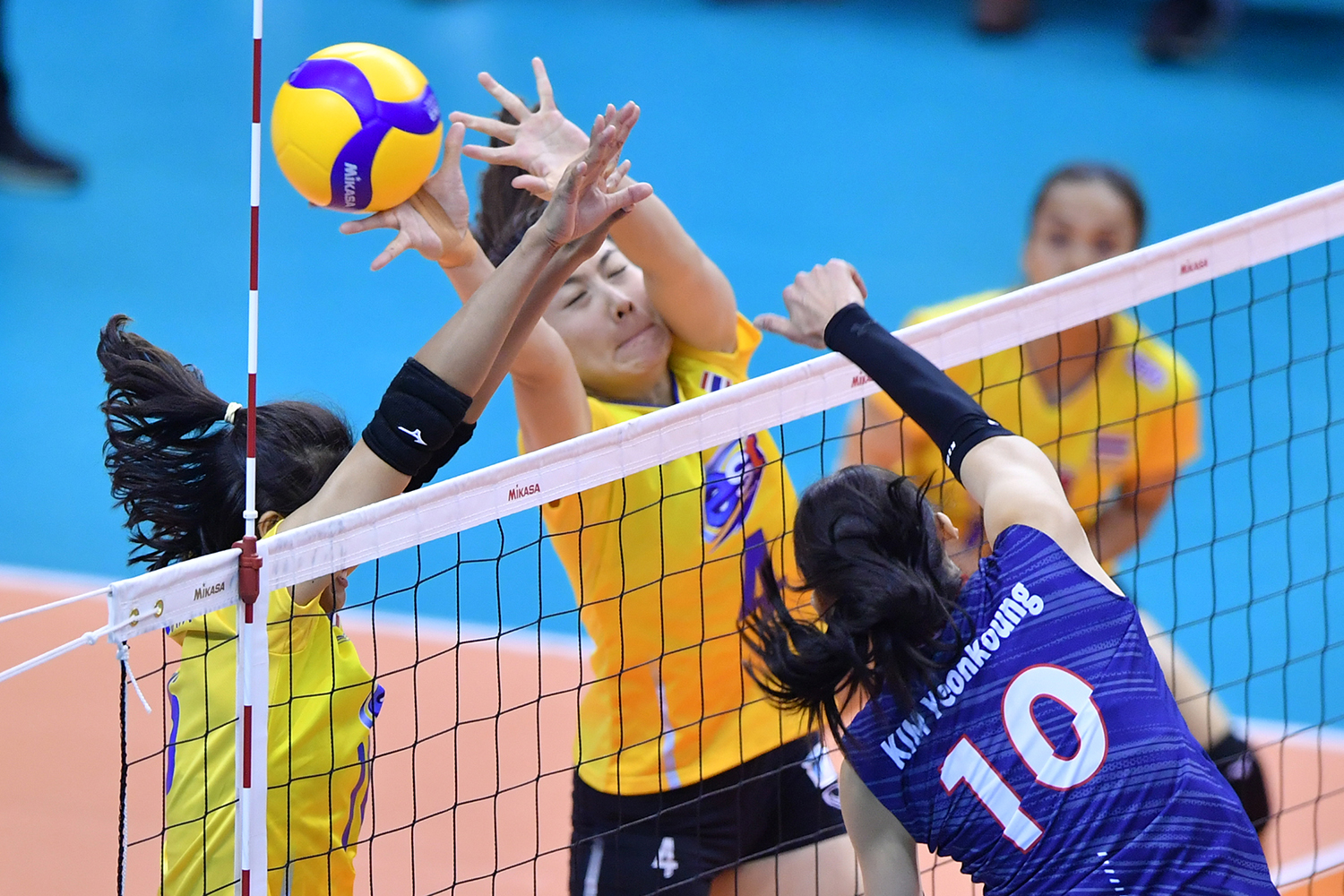 Kim Yeon Koung of South Korea overpowers Thai volleyball team members in the final of the Asian Olympic qualification tournament in Nakhon Ratchasima on Sunday. (FIVB photo)