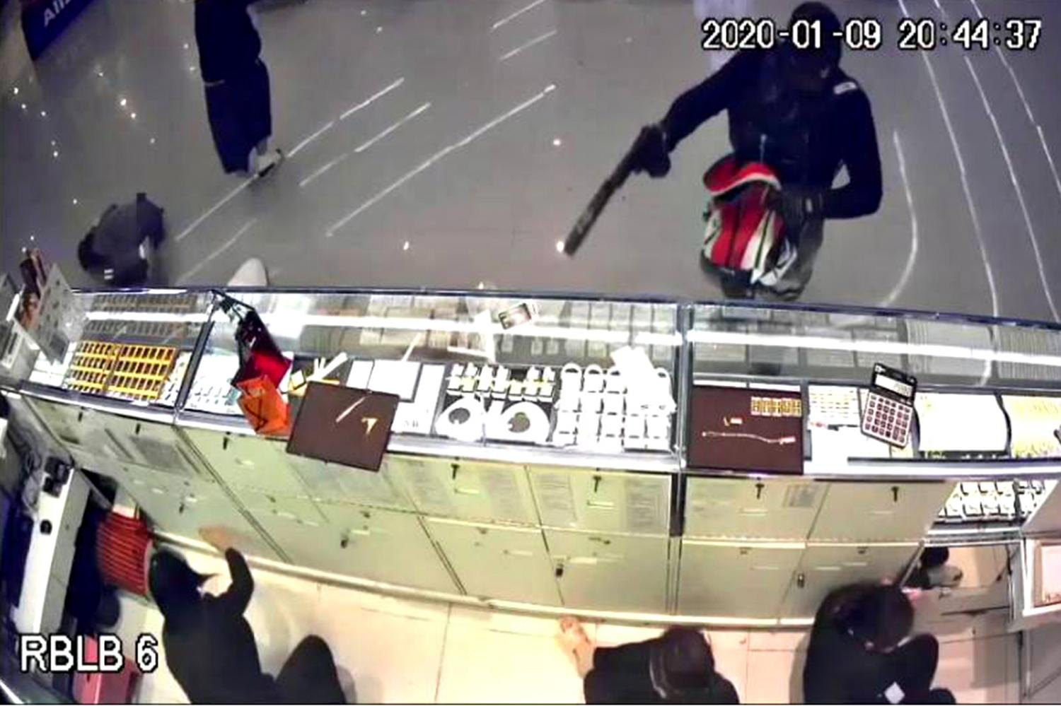 An image of a robbery suspect, who killed three people and injured four others, is captured by a security camera as he raided Aurora gold shop at a Robinson shopping mall in Lop Buri's Muang district late on Thursday night.(Aurora gold shop's CCTV photo)