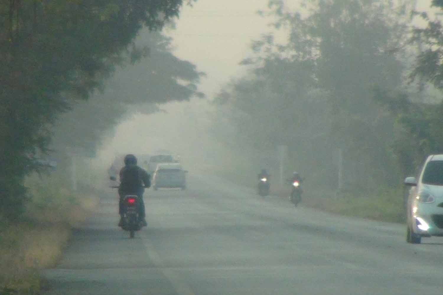 Heavy smog slows traffic in Lampang on Monday morning. PM2.5 levels have now been in the red zone for nine days in Muang and Mae Moh districts. (Photo by Assawin Wongnorkaew)