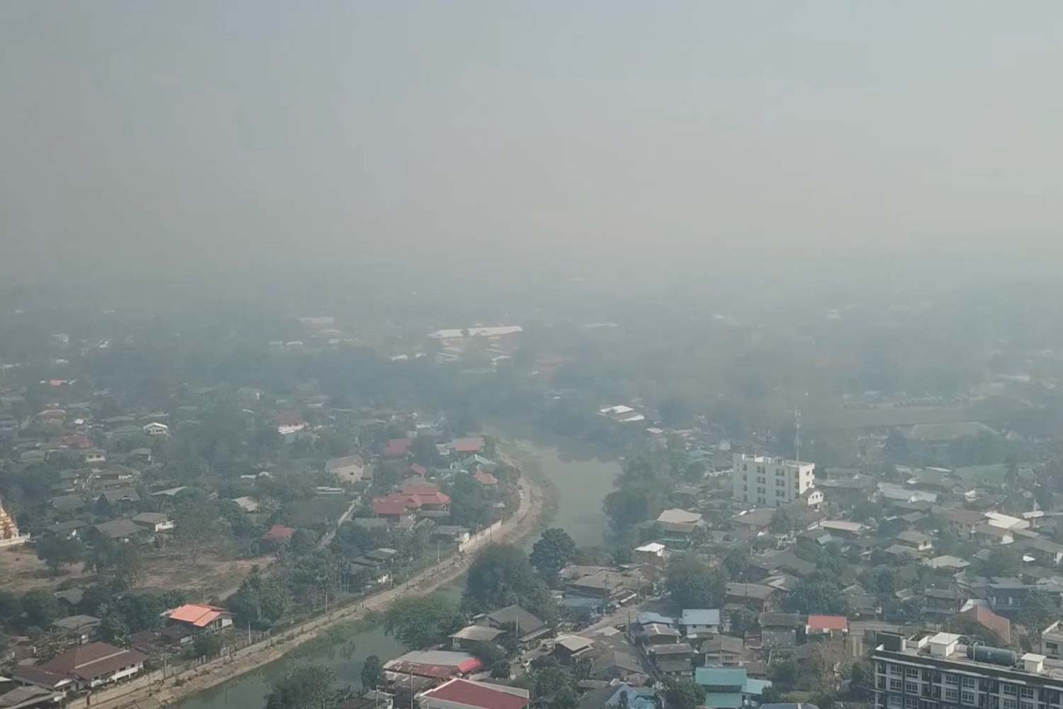 Thick smog again shrouds Muang district of Lampang on Tuesday morning. (Photo by Assawin Wongnorkaew)