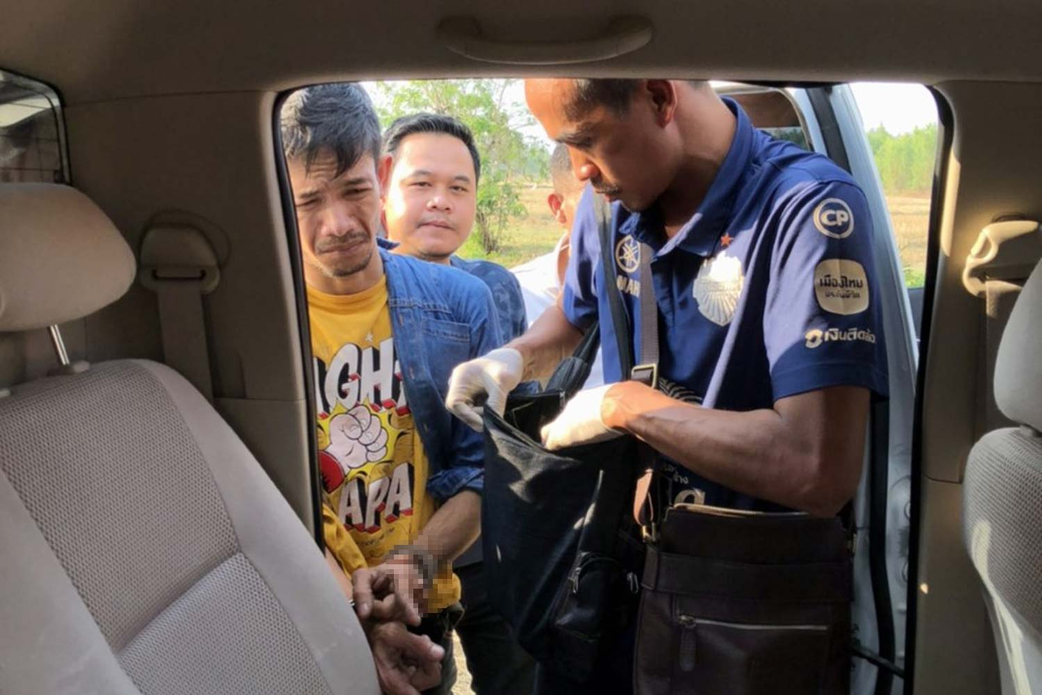 Prawit Chaikheenee, 22, left, was arrested in his car in Muang district of Buri Ram for allegedly stealing gold ornaments worth about 2 million baht from a local gold shop on Dec 28. (Photo by Surachai Piragsa)