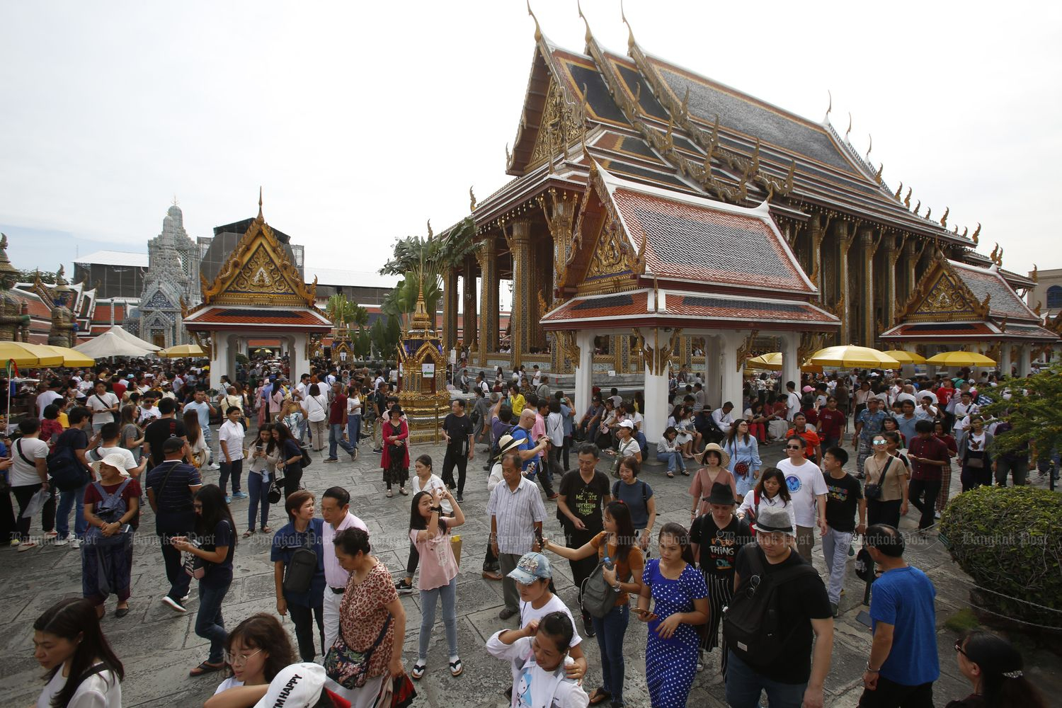 Tourists visit Wat Phra Si Rattana Satsadaram in Bangkok on Jan 1. (Photo by Pornprom Sattrabhaya)