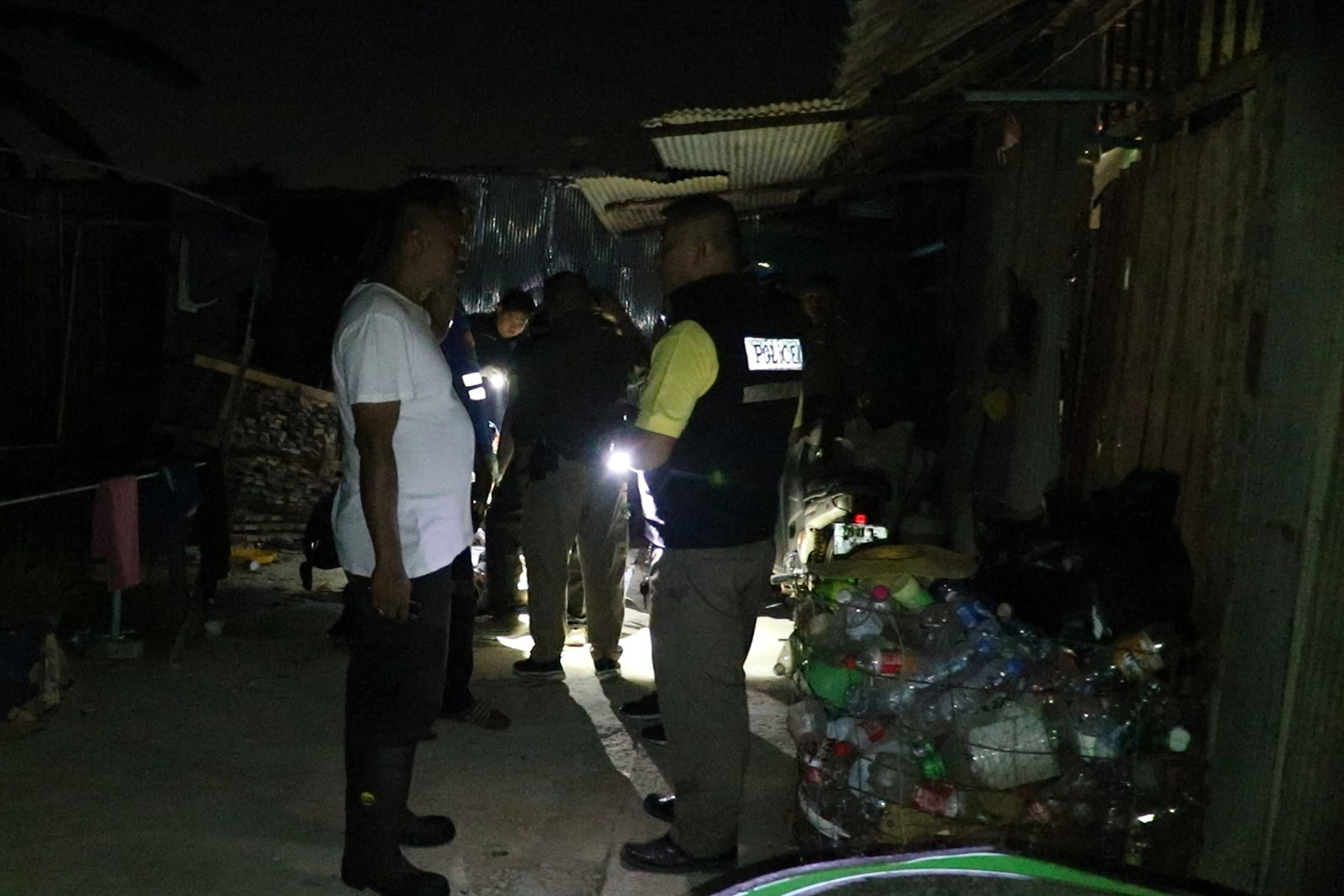 Police examine the body of the unidentified man hit and killed by a Bangkok-bound train while walking on a railway bridge in Songkhla's Hat Yai district on Tuesday night. (Photo by Assawin Pakkawan)