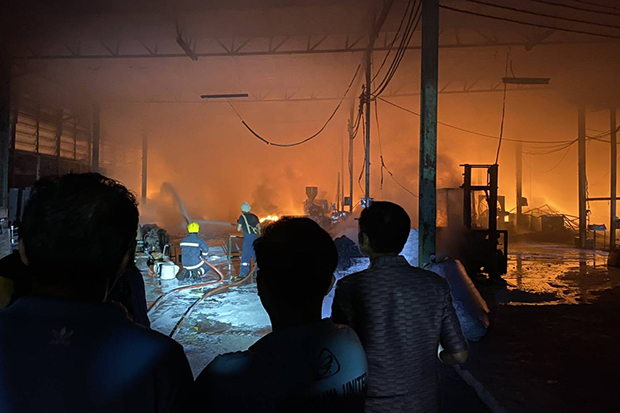 Fire razes a sandal factory in Sena district of Ayutthaya on Wednesday morning. (Photo by Sunthon Pongpao)