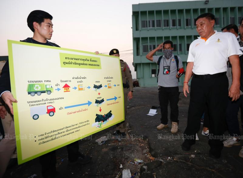 Bangkok governor Aswin Kwanmuang inspects the Nong Khaem Solid Waste Disposal Centre in Nong Khaem district on Thursday. (Photo by Pattarapong Chatpattarasill)