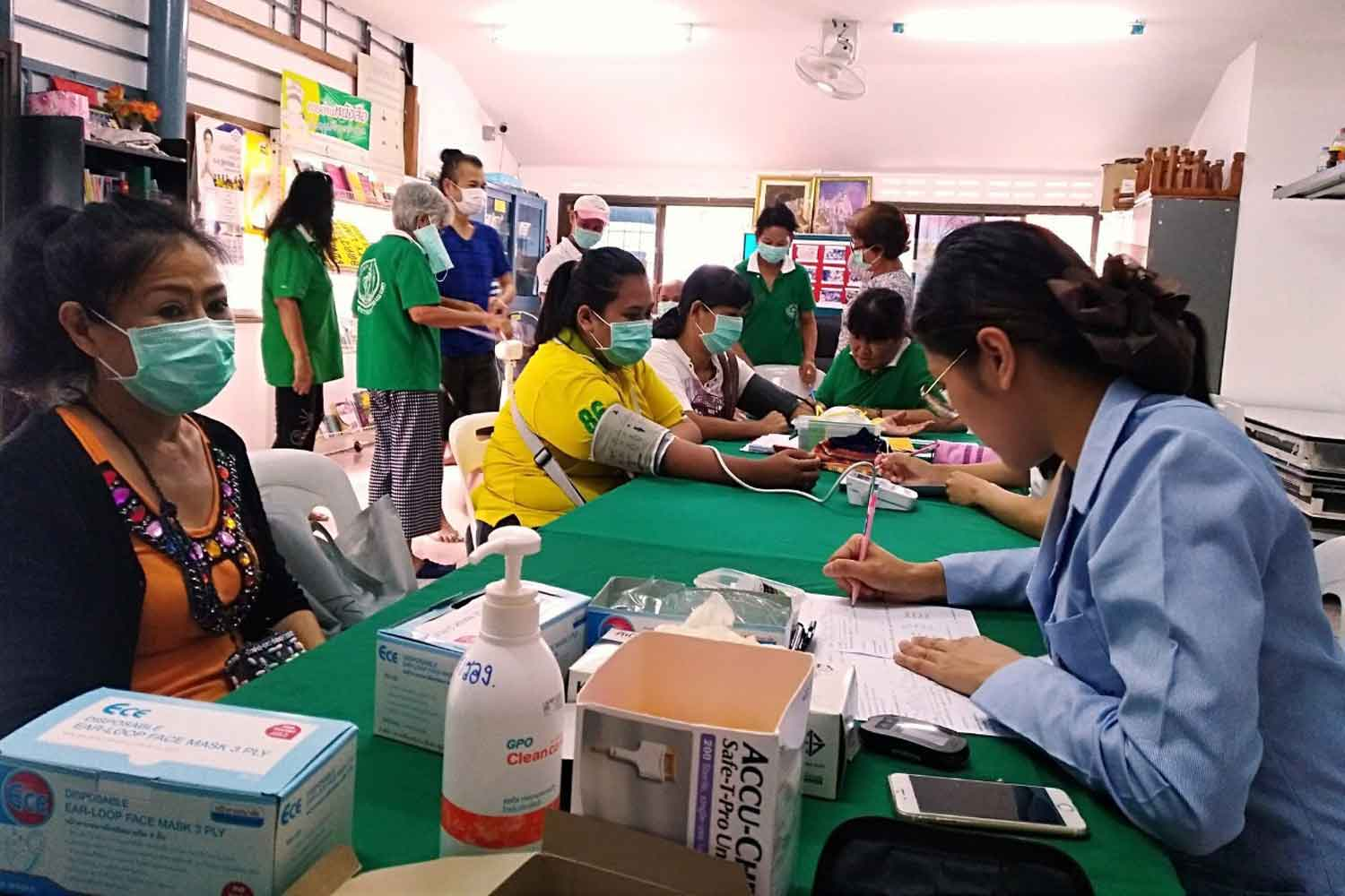 Staff from the Bangkok Metropolitan Administration offer checkups to people affected by smog at Ratchathani community on Lat Phrao 101 Road on Tuesday. (Photo supplied)