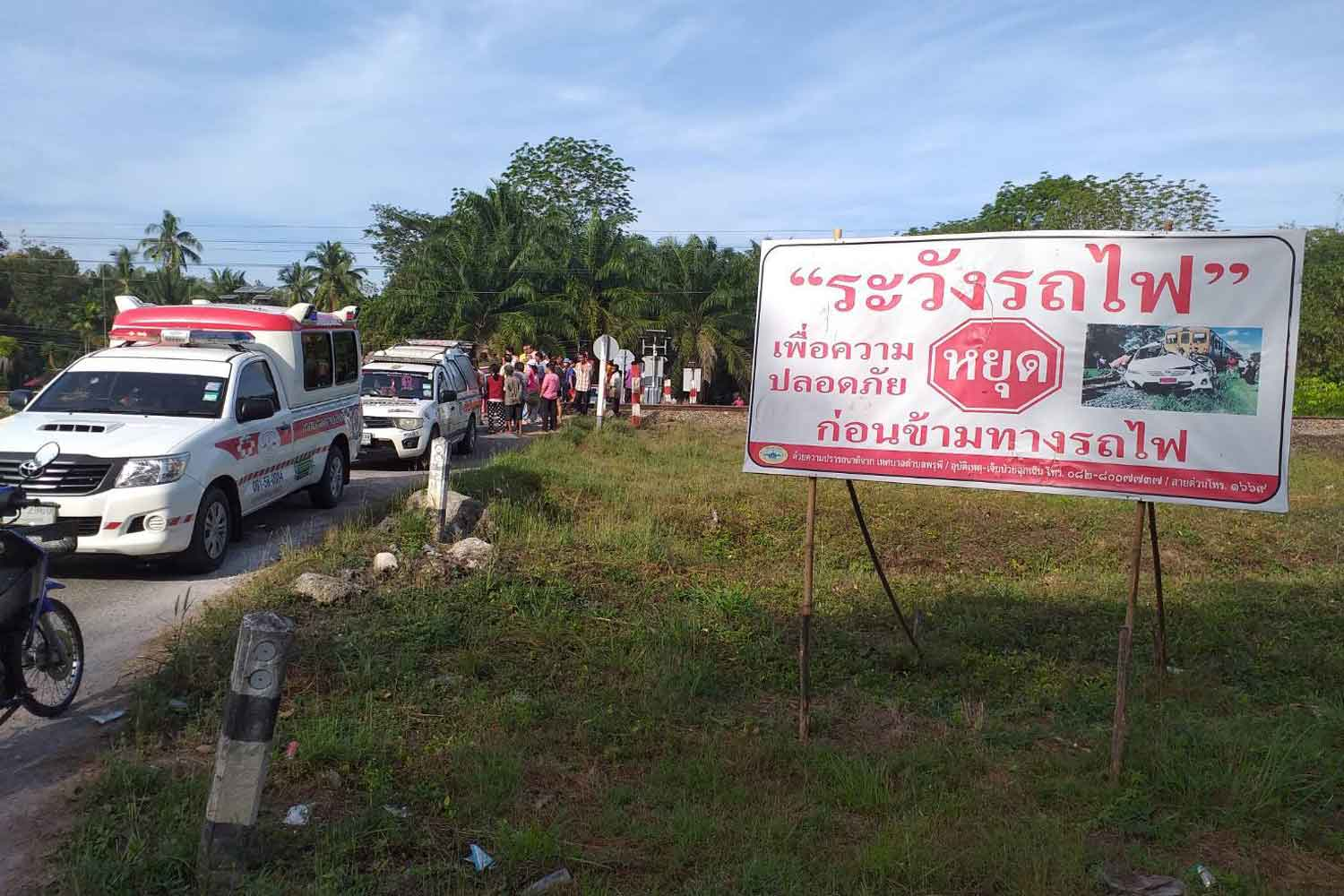 Onlookers gather at the railway crossing where an express train hit and killed a deaf man on Tuesday morning at Ban Nong Yai in tambon Phru Phi of Ban Nasan district, Surat Thani. (Photo by Supapong Chaolan)