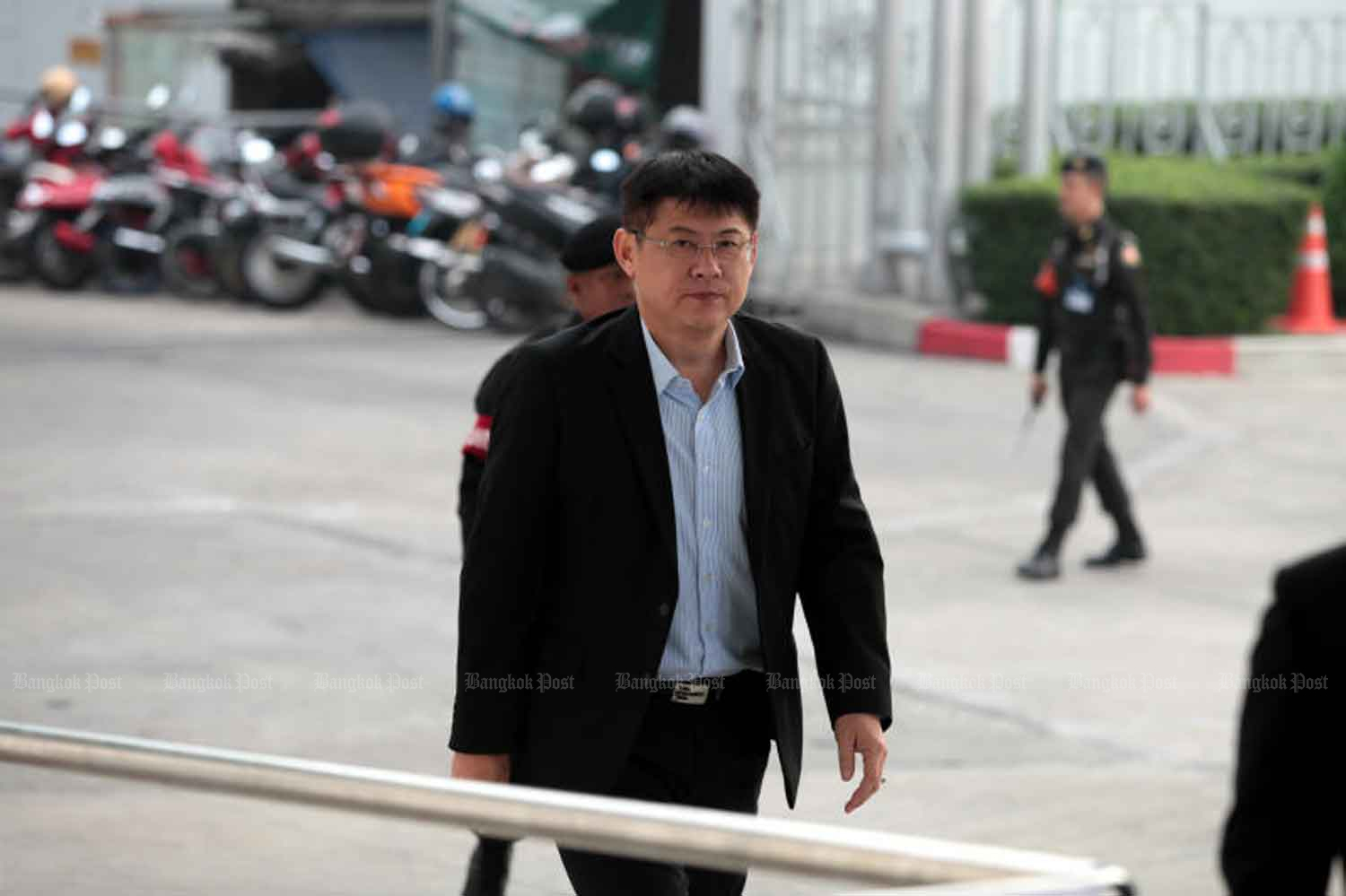 Former TV news anchor Sorrayuth Suthassanachinda arrives at the Central Criminal Court for Corruption and Misconduct Cases in Bangkok on Tuesday morning to hear the Supreme Court's decision on his appeal. (Photo by Chanat Katanyu)