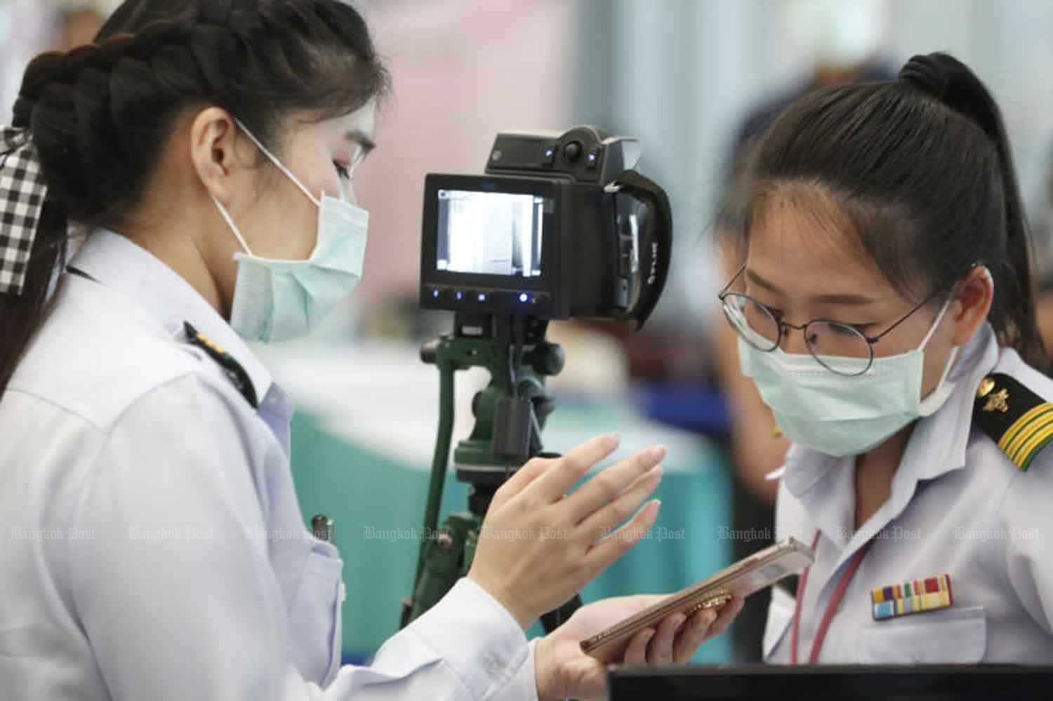 Health officials prepare to screen visitors at Suvarnabhumi airport in Samut Prakan province. They are advised to better protect themselves as the novel coronavirus can be transmitted between humans. (Photo by Pornprom Satrabhaya)