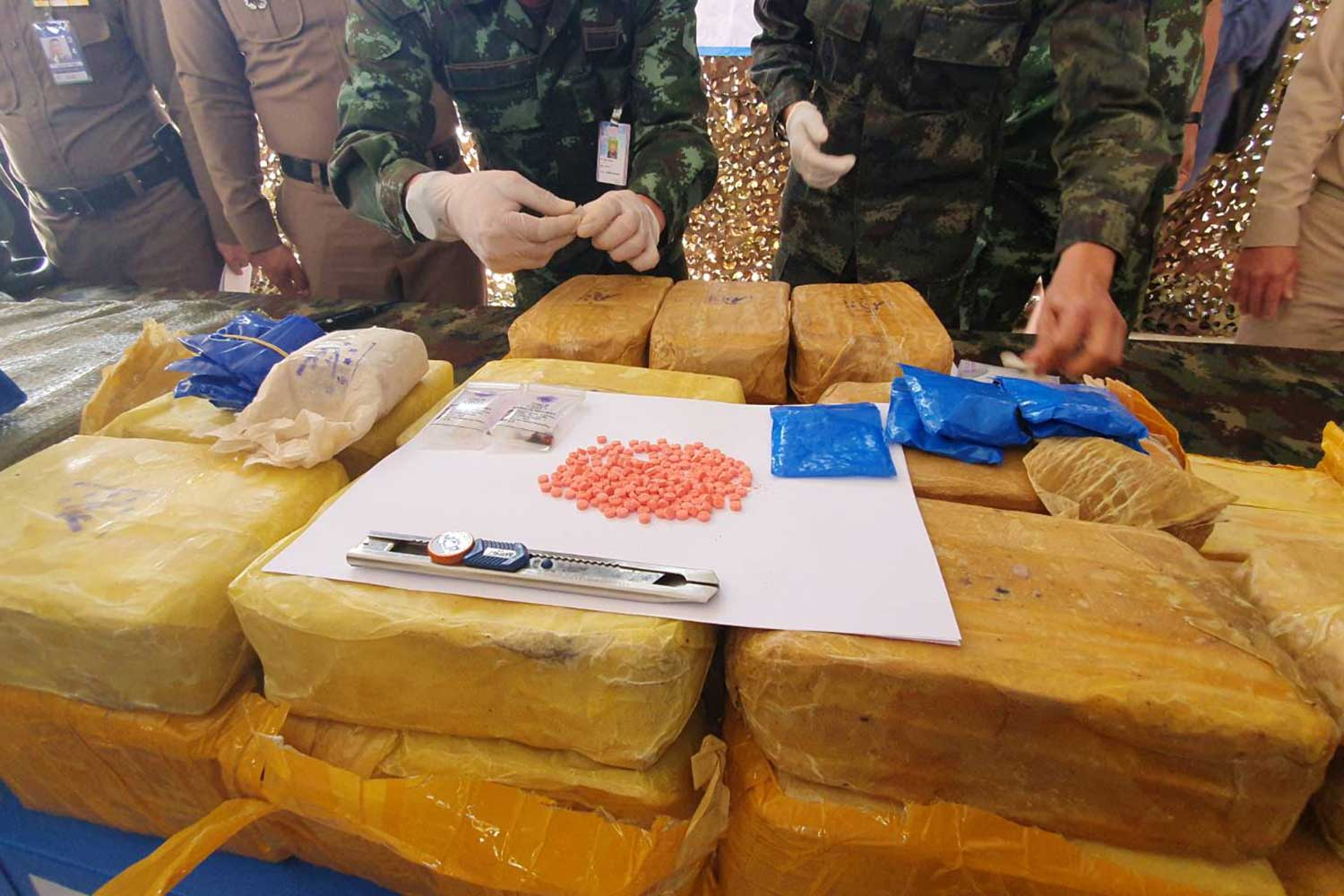 Soldiers display seized speed pills during a media briefing in Chiang Rai on Saturday. Three men are in custody. (Photo by Chinnapat Chaimol)
