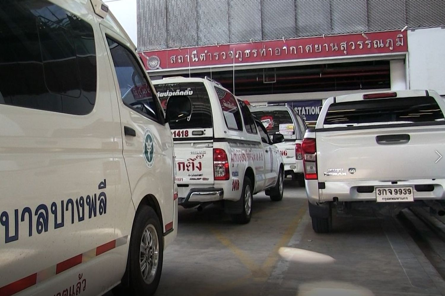 An ambulance and pickup trucks of social workers is seen in front of the Suvarnabhumi police station on Sunday to pick up the body of a Hungarian man who was found dead in the detention cell there. (Photo supplied by Sutthiwit Chayutworakan)