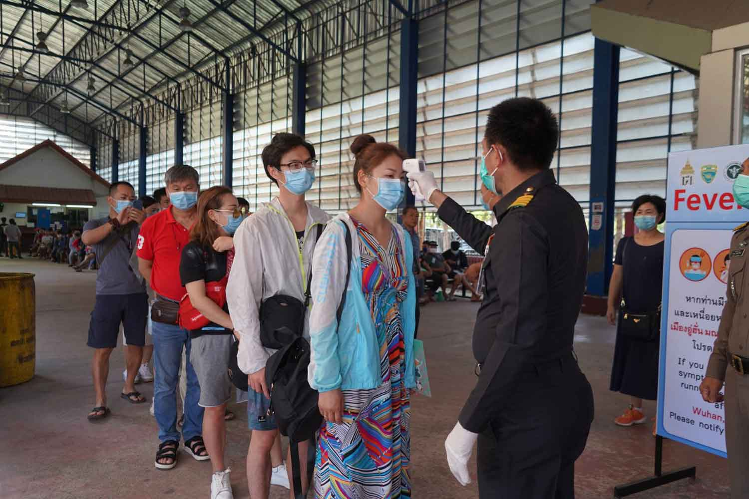 Chinese nationals arriving in Thailand through the Aranyaprathet border checkpoint in Sa Kaeo are being screened for signs of a fever. (Photo by Sawat Ketngam)