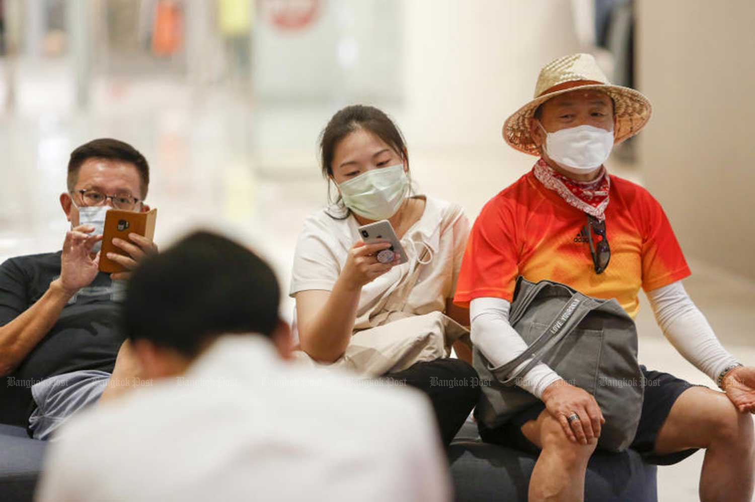 Chinese tourists wear masks at a mall in Bangkok. The tourism sector is already being directly harmed by the coronavirus outbreak. (Photo: Pattarapong Chatpattarsill)