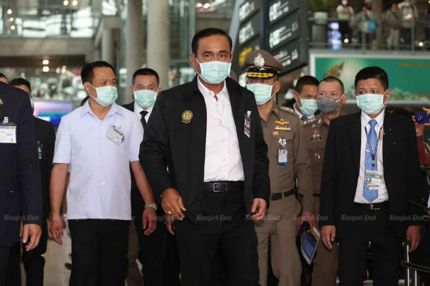 Prime Minister Prayut Chan-o-cha, centre, and officials visit Suvarnabhumi airport in Samut Prakan province on Wednesday to boost the morale of health officials screening visitors for the novel coronavirus. (Photo by Varuth Hirunyatheb)