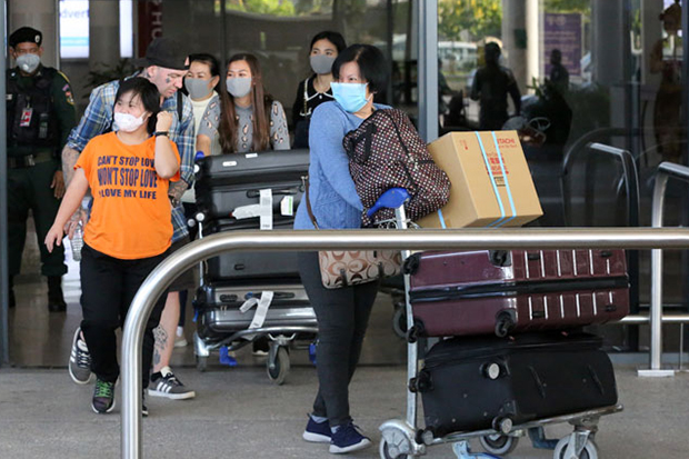 Chinese passengers land at Phnom Penh airport on Tuesday. (Khmer Times photo)
