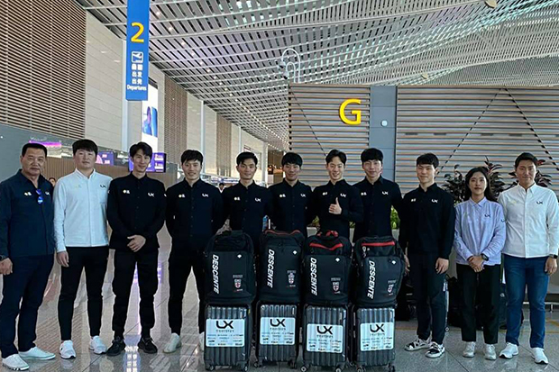 Eom Se-beom (third right) poses for a photo with his teammates and coaches at Incheon airport near Seoul in an undated photo. (Photo from Sasirin Pokpun Facebook account)
