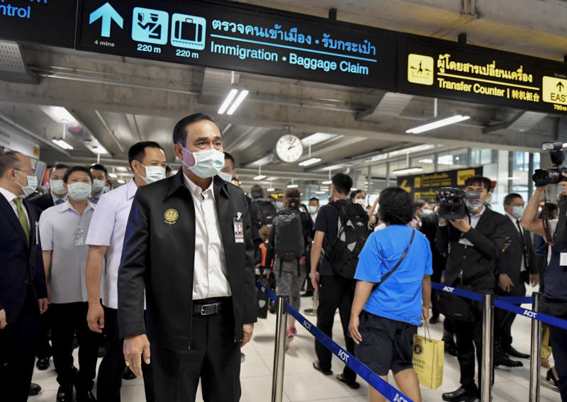Prime Minister Prayut Chan-o-cha inspects the screening of incoming passengers at Suvarnabhumi airport on Wednesday. (Government House photo)