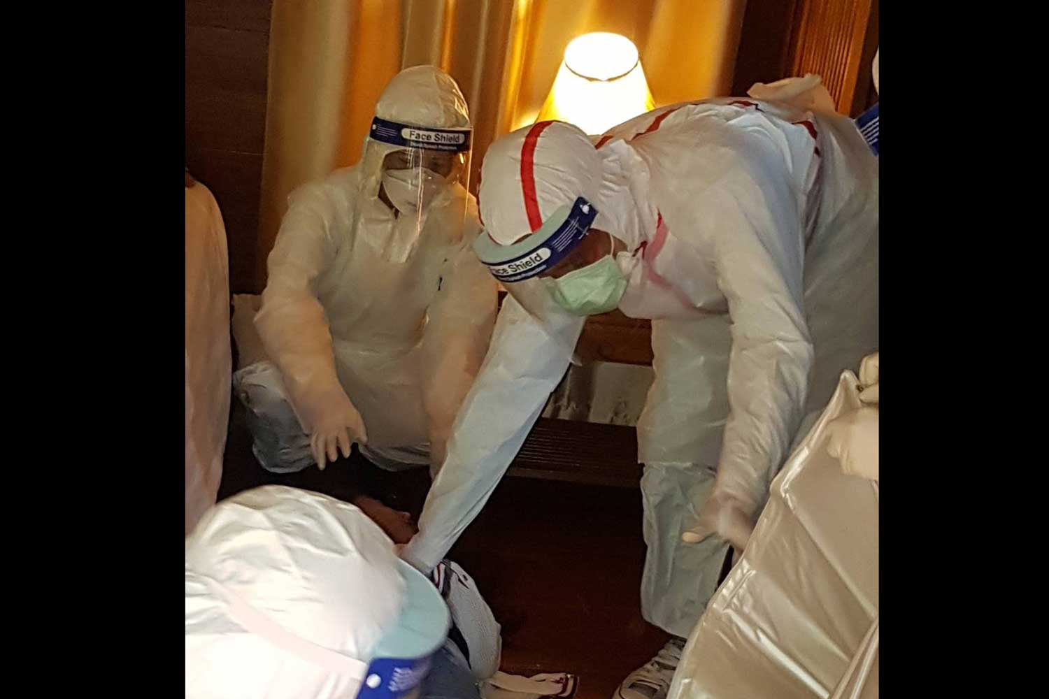 Forensic officials collect evidence from the resort room in Mae Rim district of Chiang Mai province where a 32-year-old Chinese woman was found dead on Jan 29. (Photo by Panumet Tanraksa)