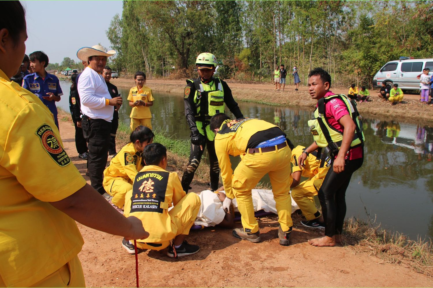 Rescue workers retrieve the body of Chantra Boonsomya from an irrigation canal in Kamalasai district, Kalasin province, on Sunday. (Photo supplied by Yongyuth Phuphuangpet)