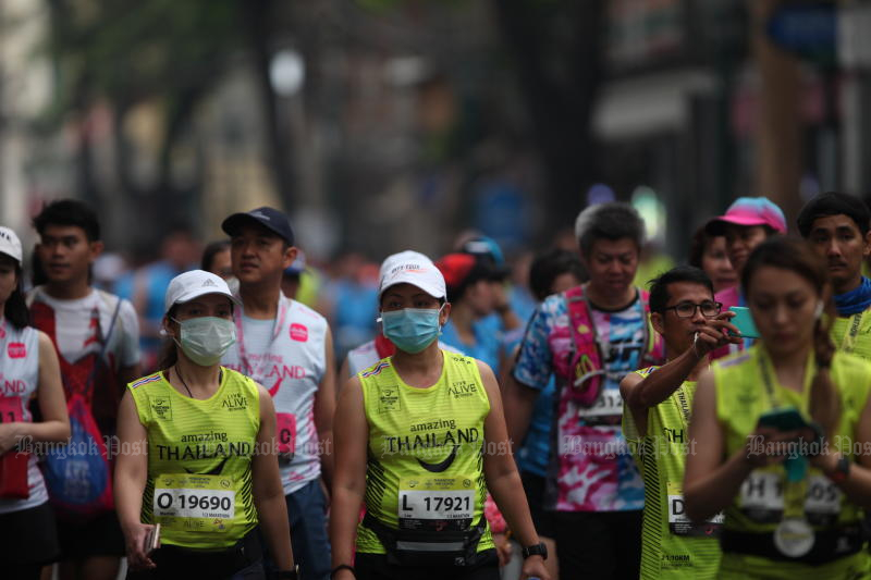 Runners in the Amazing Thailand Marathon Bangkok 2020 event reach Ratchadamneon Avenue on Sunday. (Photo by Apichart Jinakul)