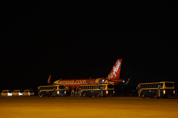 A Thai AirAsia flight from Wuhan lands at U-tapao airport in Ban Chang district of Rayong on Tuesday. (Royal Thai Navy photo)