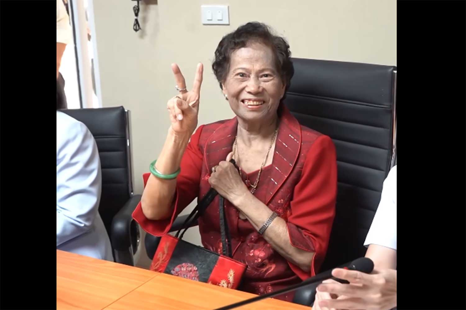 Mrs Jaimuay Sae Ung, of Nakhon Pathom, 73, the first Thai found to be infected with the new strain of coronavirus, has been treated and discharged.(Capture from a video clip posted by @onenews31 Facebook page)