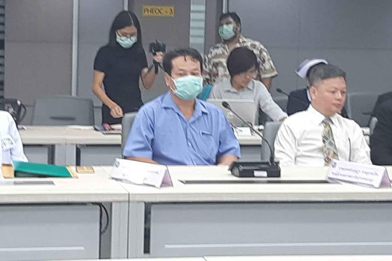 The first locally infected patient, a taxi driver (blue shirt), has been declared free of the coronavirus and discharged. He was present at a press conference at the Public Health Ministry in Nonthaburi province on Wednesday. (Photo by Apinya Wipatayotin)