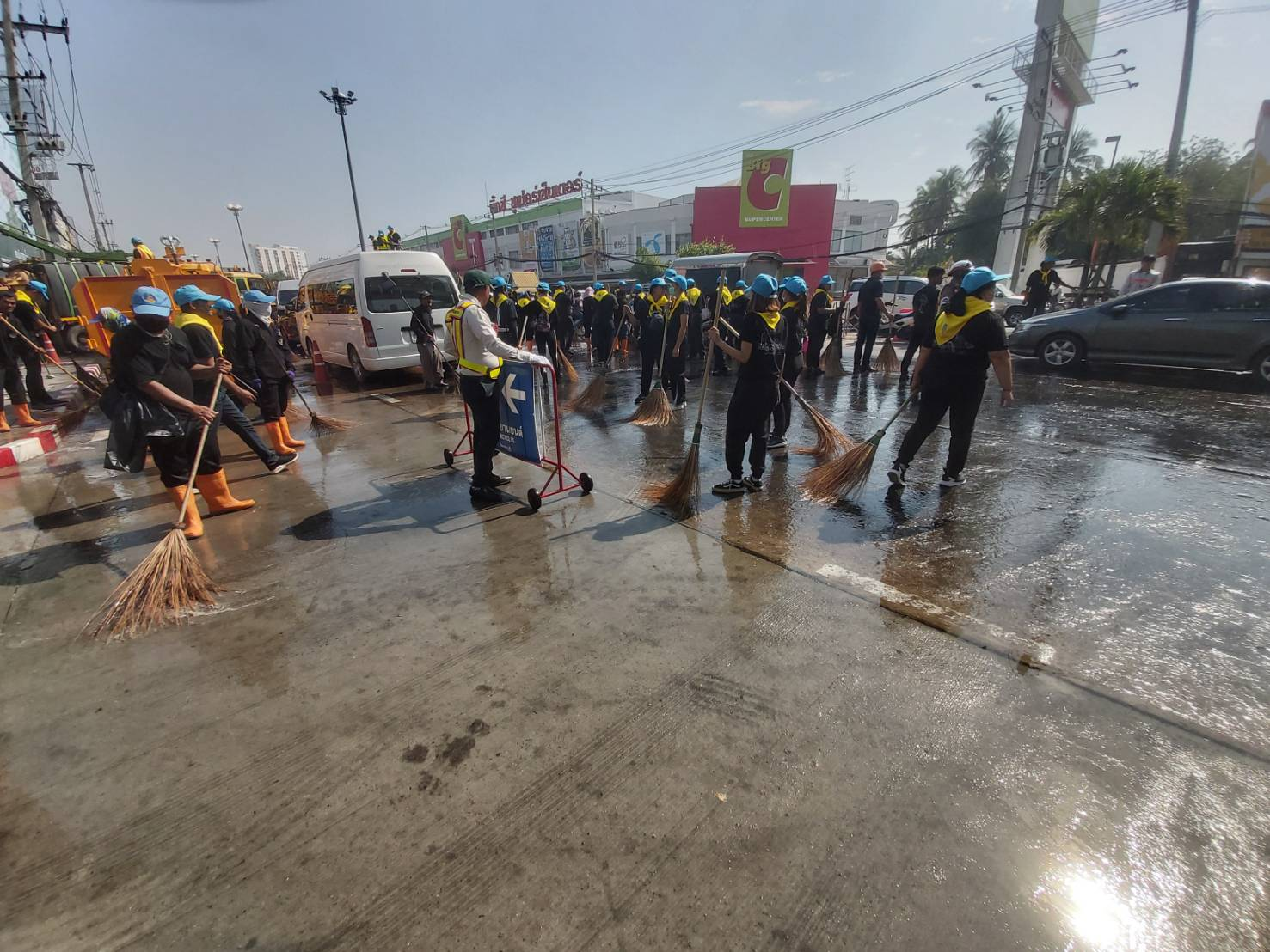 Volunteers clean the entrance to Terminal 21 shopping mall in Muang district of Nakhon Ratchasima province on Wednesday morning. (Photo by Prasit Tangprasert)